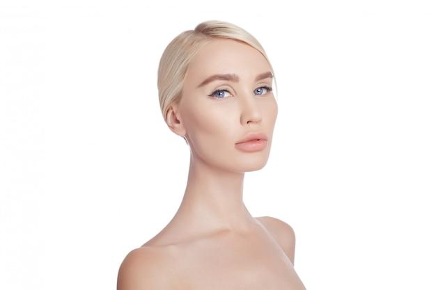 Kobieta idealna czysta skóra twarzy i ciała. kosmetyki naturalne