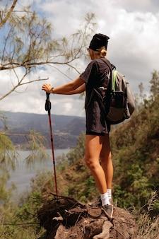 Kobieta idzie na trekking. bali