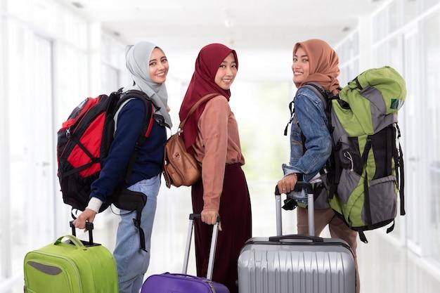 Kobieta idzie na urlop, trzymając walizkę