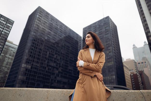 Kobieta idzie ulicami chicago