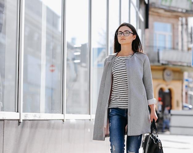 Kobieta idzie z torbą