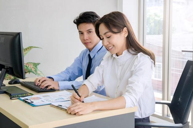 Kobieta interesu i biznesowy mężczyzna w biurze