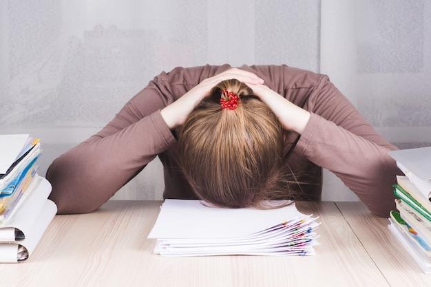 Kobieta interesu uczucie stresu z pracy w domowym biurze