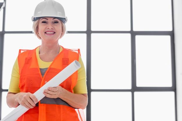 Kobieta inżynier niski kąt
