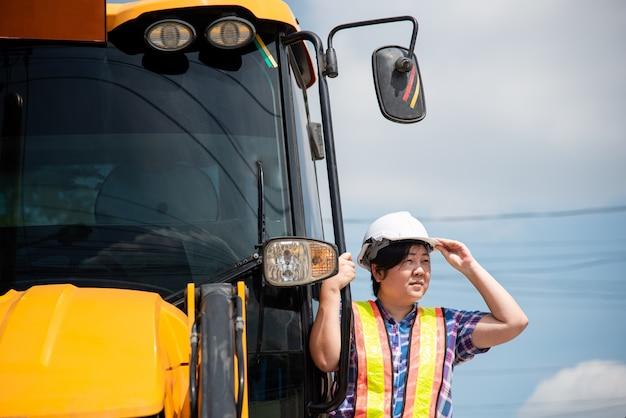 Kobieta inżyniera budowy na budowie
