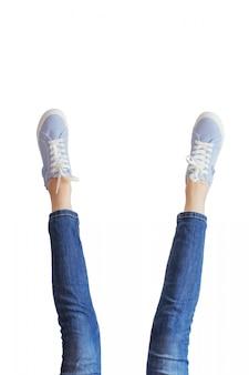 Kobieta iść na piechotę w niebieskich dżinsach na bielu odizolowywającym