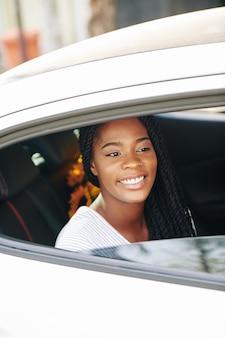 Kobieta jadąca taksówką
