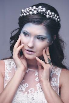 Kobieta jako królowa lodu z koroną