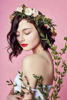 Kobieta jasne lato wyglądać piękne ubrania. kwiat
