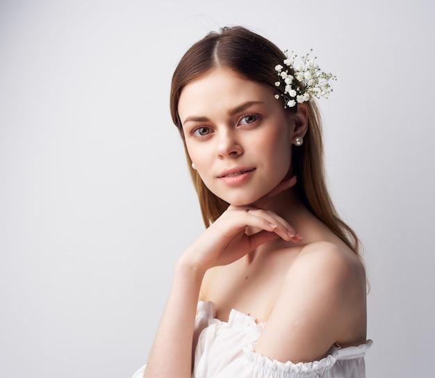 Kobieta jasny makijaż biała sukienka na białym tle