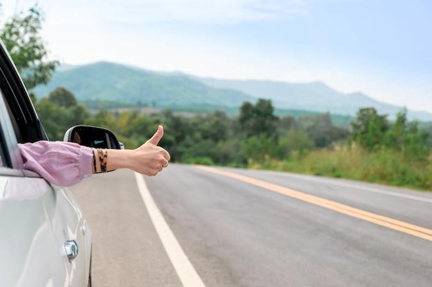 Kobieta jazdy na drodze podróż samochodem jest relaks