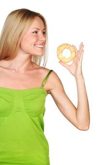 Kobieta je ciasto na białej powierzchni