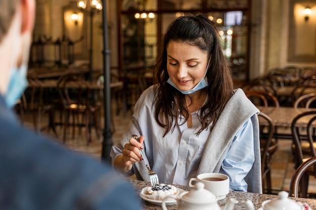 Kobieta je ciasto w restauracji