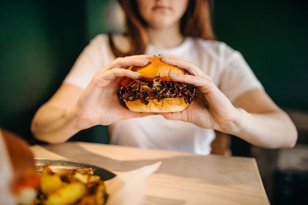 Kobieta je świeżego burgera