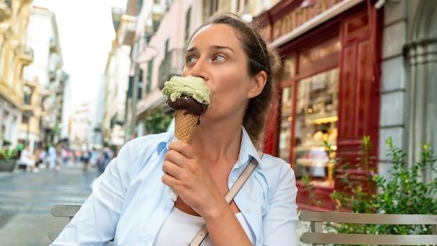 Kobieta jedząca lody w sanremo we włoszech