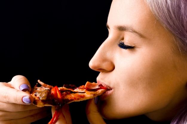 Kobieta jedzenie pizzy