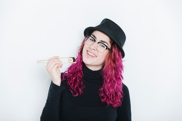Kobieta jedzenie sushi z pałeczkami dla zdrowej żywności