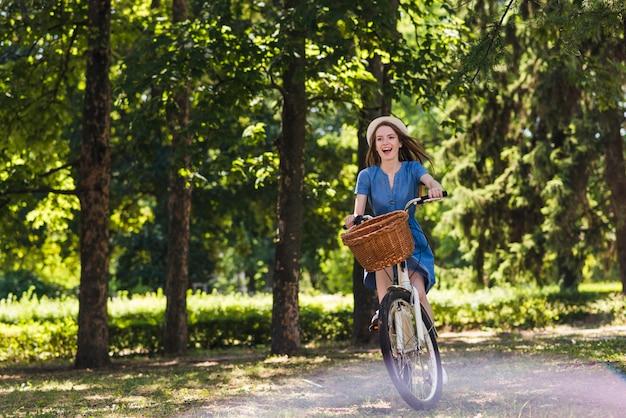 Kobieta jedzie jej rower w lesie