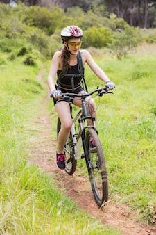 Kobieta jedzie jej rower