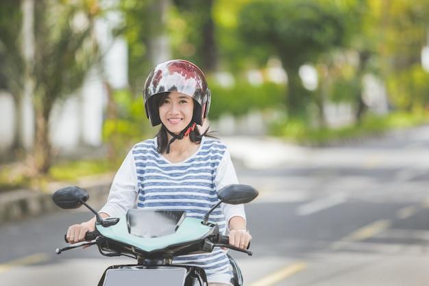 Kobieta jedzie motocykl lub motocykl