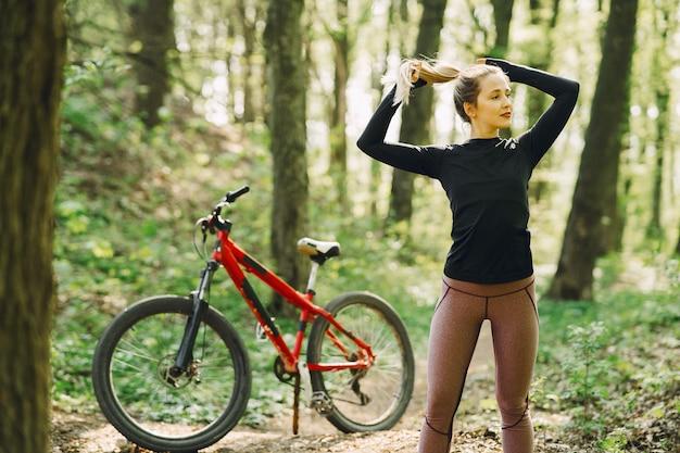 Kobieta jedzie rower górskiego w lesie