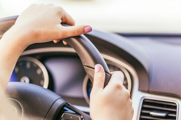 Kobieta jedzie samochodem