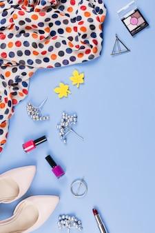 Kobieta jesień ubrania, kosmetyki i akcesoria płaskie leżał. koncepcja moda kobieta jesień. widok z góry