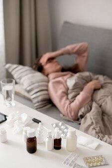 Kobieta jest chora i kłaść w łóżku