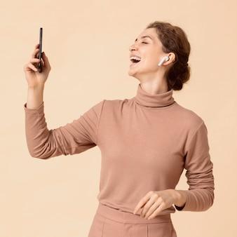 Kobieta jest połączona z wirtualną nowoczesną technologią