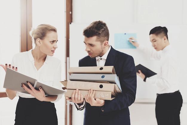 Kobieta jest szefem współpracownika z plikami i dokumentami