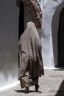 Kobieta jest ubranym burkę