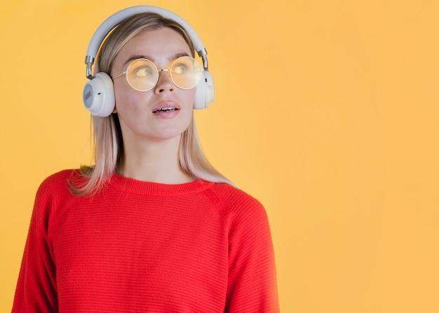 Kobieta jest ubranym hełmofony z kopii przestrzenią