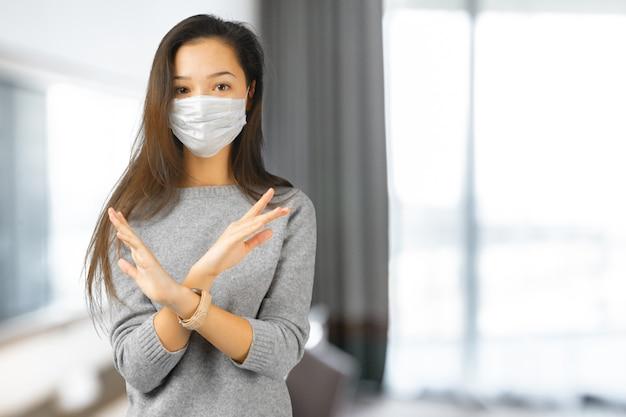 Kobieta jest ubranym maskę