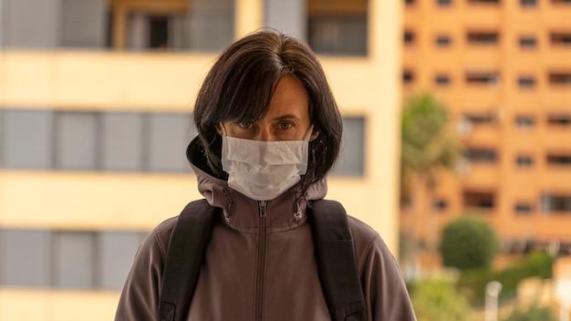 Kobieta jest ubranym medyczną ochronną maskę w mieście outdoors. ochrona zdrowia podczas epidemii wirusa grypy, epidemicznych chorób zakaźnych koronawirusa