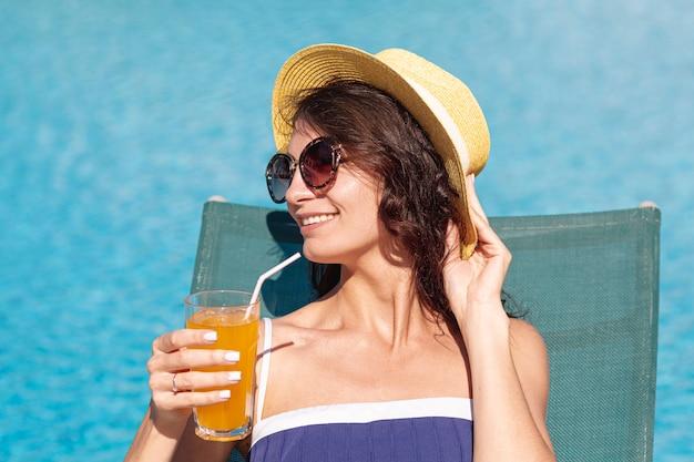 Kobieta jest ubranym okulary przeciwsłonecznych kłaść na holu