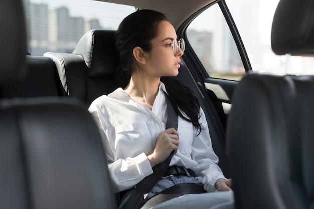 Kobieta jest ubranym szkła i jest pasażerem