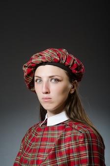 Kobieta jest ubranym tradycyjną szkocką odzież