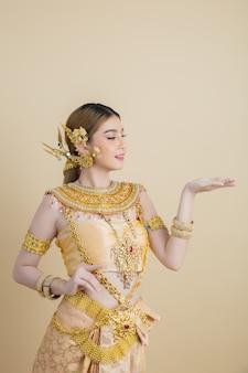 Kobieta jest ubranym typową tajlandzką suknię