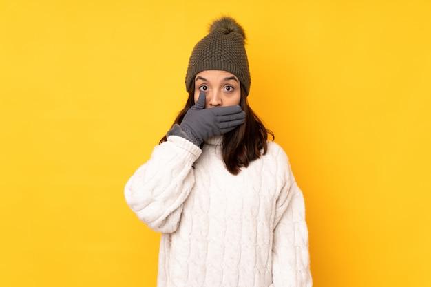 Kobieta jest ubranym zimę odziewa nad odosobnioną ścianą