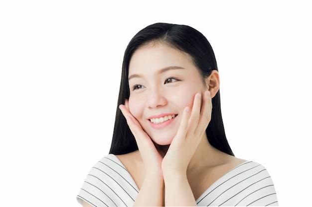 Kobieta jest uśmiechem piękna i zdrowia skóry, produktów spa i makijażu.
