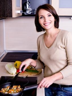 Kobieta jest w kuchni przygotowuje się do jedzenia