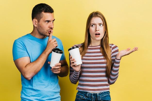 Kobieta jest w szoku po plotkowaniu z przyjaciółką