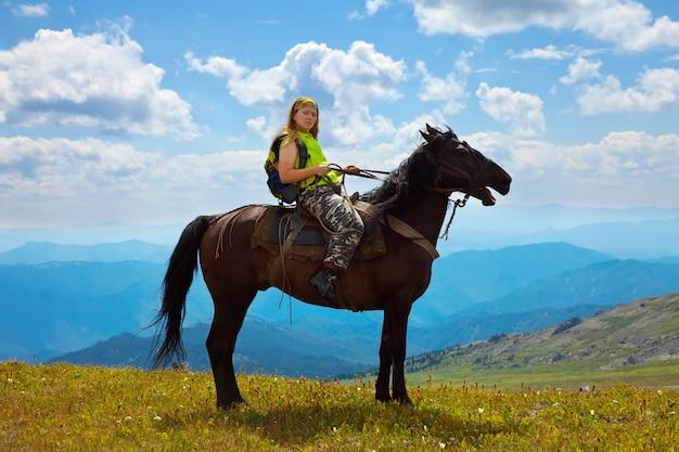 Kobieta jeździec na koniu