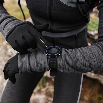 Kobieta jogger patrząc na smartwatch