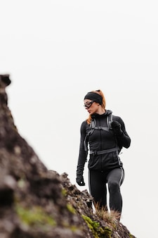 Kobieta jogger patrząc z dala niski widok