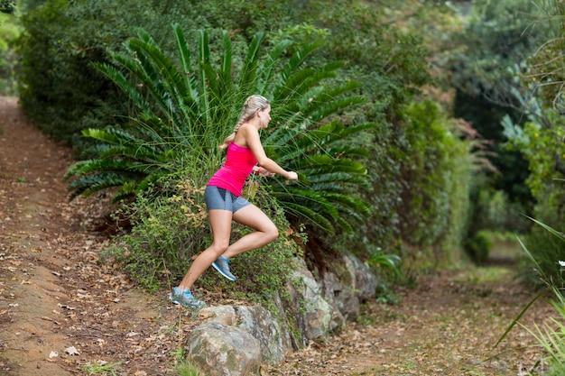 Kobieta jogging w parku