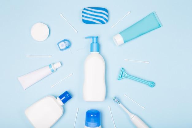 Kobieta kąpieli twarz pielęgnacja ciała rano rutynowe widok z góry płaskie leżał skład z białymi i niebieskimi elementami na jasnoniebieskim biurku