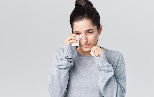 Kobieta katar problemy zdrowotne szary sweter serwetka.