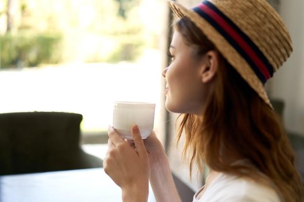 Kobieta kawiarnia wypoczynek styl życia śniadanie styl życia komunikacja