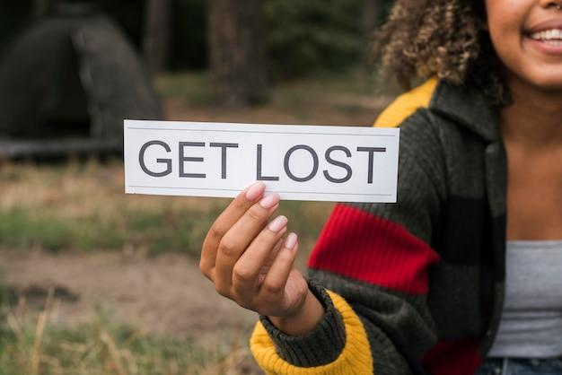 Kobieta, kemping na zewnątrz i gospodarstwa zgubić znak